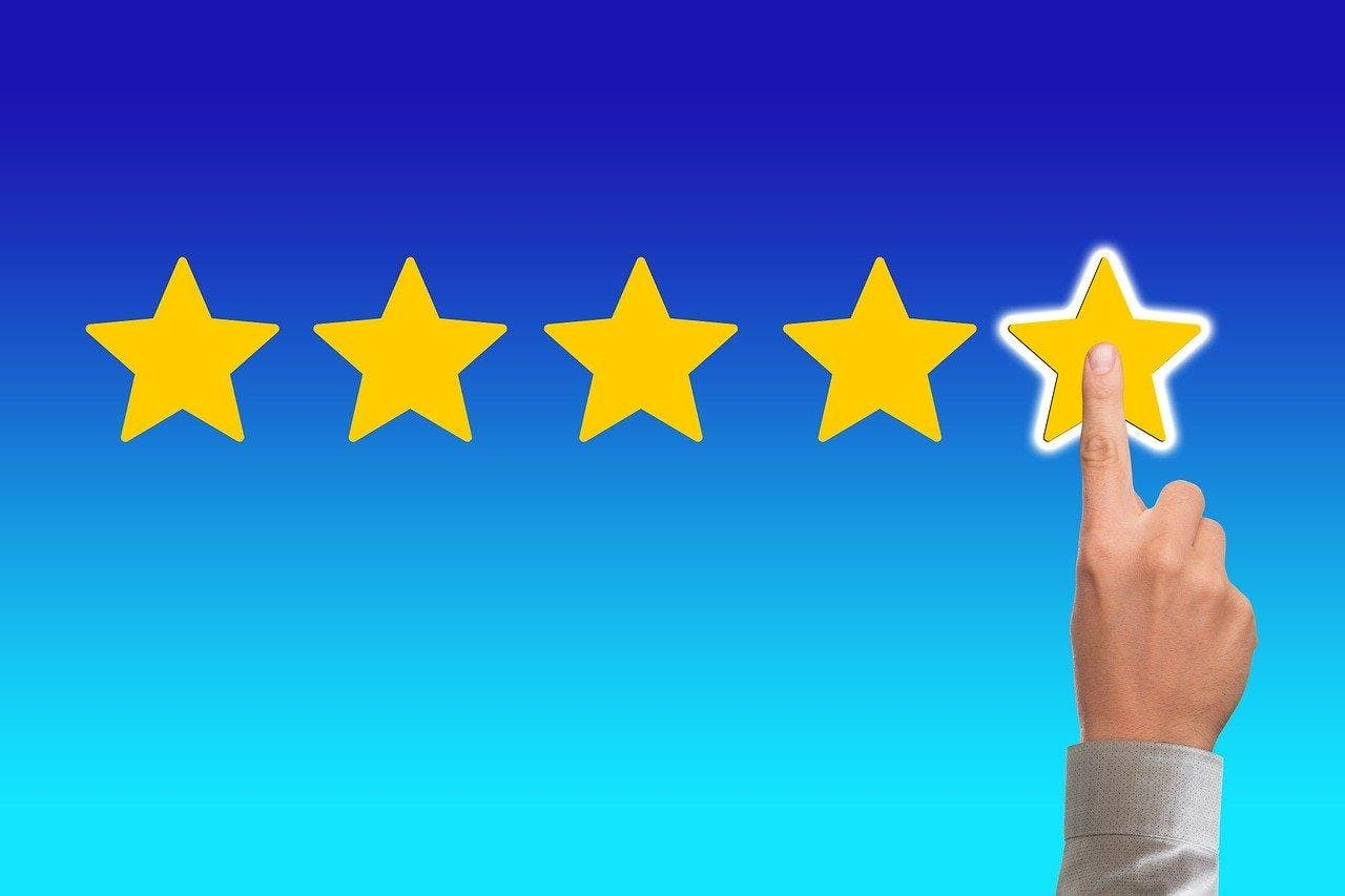 Loan on your car finger pointing at 5 start reviews